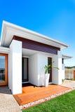 Solitaire en luxueuze huisingang op een zonnige dag met blauw s Royalty-vrije Stock Foto