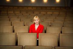 Solitaire vrouw in een theater royalty-vrije stock afbeeldingen