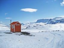 Solitario, puesto avanzado en Islandia remota y nevosa foto de archivo