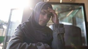 Solitude de souffrance de dame musulmane bouleversée, problème de pensée, honteux par la communauté photos libres de droits