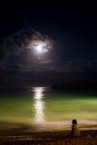 Solitude à l'océan de nuit avec la lune Images libres de droits