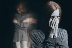 Solitude primordialement se sentante de fille photo libre de droits