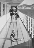 Solitude puérile Famille voyageant sur le bateau de croisière, defocused Concept de repos de famille Père, promenade de mère sur  Photos libres de droits