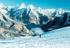 Solitudine nello scalatore solo delle montagne che cammina sui ciano toni del ghiacciaio Immagine Stock Libera da Diritti