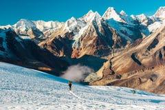 Solitudine nello scalatore solo delle montagne che cammina sul ghiacciaio Immagine Stock