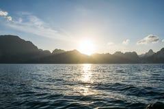 Sollöneförhöjning bak berget på Khao Sok National Park, Surat Thani royaltyfria bilder