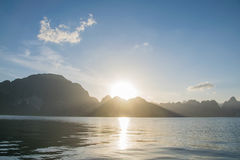 Sollöneförhöjning bak berget på Khao Sok National Park, Surat Thani fotografering för bildbyråer