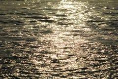 Sollöneförhöjning på havvågor Arkivbilder
