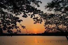 Sollöneförhöjningar över den orange kulöra sjön Royaltyfri Bild