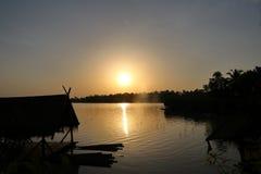 Sollöneförhöjningar över den orange kulöra sjön Royaltyfri Foto
