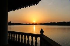 Sollöneförhöjningar över den orange kulöra sjön Royaltyfri Fotografi