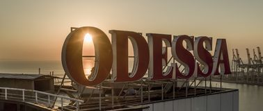 Sollöneförhöjningar bak stora Odessa Sign Ukraine arkivbilder