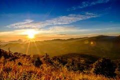 Sollöneförhöjningsignalljus och berg Arkivbilder