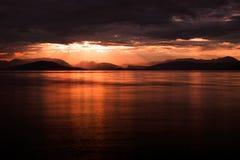 Sollöneförhöjningsikt på den Albanien kusten Arkivbild