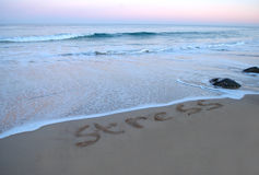 Solleciti essere lavatoe via dal mare al tramonto fotografia stock
