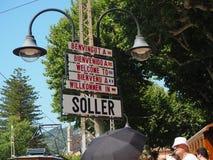 Soller, Mallorca, Spanje Groep welkome tekens in Soller in verschillende talen royalty-vrije stock foto