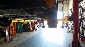 Sollevamento dell'automobile archivi video