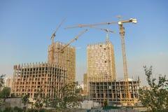 Sollevamento gru e di nuova costruzione multipiana fondo ndustrial Costruzione delle case e di sollevamento di palazzo multipiano Immagini Stock Libere da Diritti