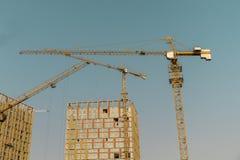 Sollevamento gru e di nuova costruzione multipiana fondo ndustrial Costruzione delle case e di sollevamento di palazzo multipiano Immagine Stock Libera da Diritti