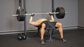 Sollevamento pesi dell'uomo forte video d archivio