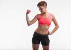 Sollevamento pesi della giovane donna in un umore di forma fisica Immagini Stock