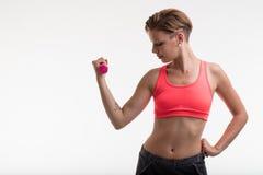 Sollevamento pesi della giovane donna in un umore di forma fisica Fotografie Stock