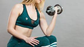 Sollevamento pesi di addestramento della donna Fotografie Stock