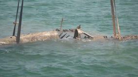 Sollevando dal fondo del mare un vecchio aereo tedesco caduto a partire dalla seconda guerra mondiale stock footage
