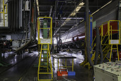 Sollevando un vagone ferroviario per manutenzione in un'officina major il repa Immagini Stock
