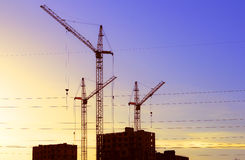 Sollevi la gru che costruisce un nuovo edificio residenziale fotografia stock libera da diritti