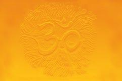 Sollievo dorato di simbolo del OM, illustrazione su fondo astratto Fotografia Stock