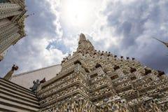Solljus över Wat Arun, buddismtempel, i Bangkok Thailand royaltyfri fotografi