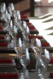Solljus exponerar en trätabell mycket av tomma exponeringsglas och vitstearinljus Royaltyfri Fotografi