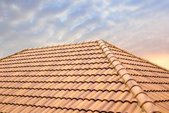 Solljus för taktegelplattor och himmel Taklägga leverantörbegreppet som installerar hustaket royaltyfria bilder