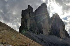 Solljus för Tre cime Lavaredo Arkivbilder