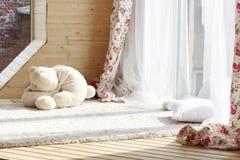Solljus från fönster med vit hänger upp gardiner, fluffig matta Arkivbilder