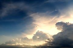 Solljus i aftonhimlen är mycket molnigt Royaltyfri Bild