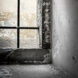 Solljus i ett fängelsefönster arkivfoto