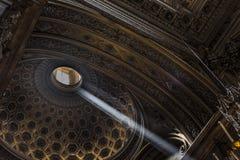 Solljus i kyrkan Arkivfoton