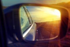 Solljus i spegel av bilen Arkivfoton