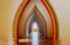 Solljus in i tempelporten Arkivbild