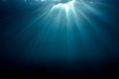 Solljus in i undervattens- Royaltyfri Foto