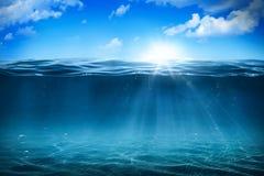 Solljus med undervattens- bubblor arkivbild