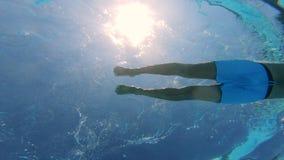 Solljus och en simma man i den undervattens- sikten lager videofilmer