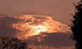 Solljus- och himmelmolnbakgrund i aftonen semestrar, ser som vulkan i himlen, känseln som är varm som är varm och som är romantis royaltyfri foto