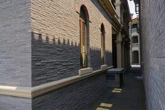 Solljus på archaised byggnad med välvda fönster Royaltyfria Bilder