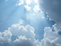 Solljus på blå himmel Arkivfoto
