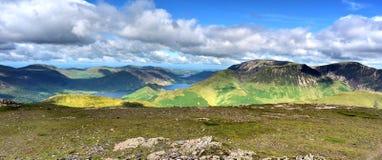 Solljus på de Cumbrian bergen Royaltyfri Bild