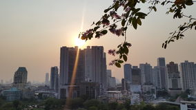 Solljus på den bangkok staden Royaltyfria Bilder