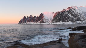 Solljus på den Okshornan bergskedjan på ön av Senja i nordliga Norge arkivfilmer